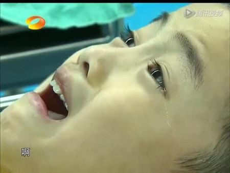 割皮包小男孩因为疼痛表情痛苦