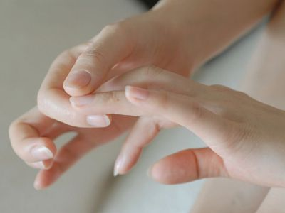 少泽是小肠的经穴,小肠情况不佳时,用力按压此指尖会有疼痛麻木感出现