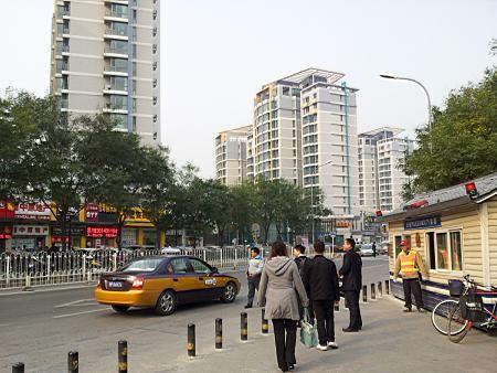 从地铁13号线上地站出来后,对面的高楼小区即是上地佳园